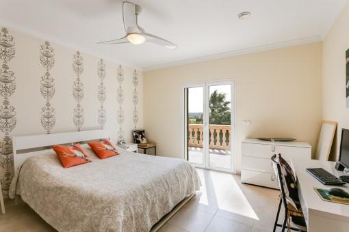 Dormitorio con acceso al balcón