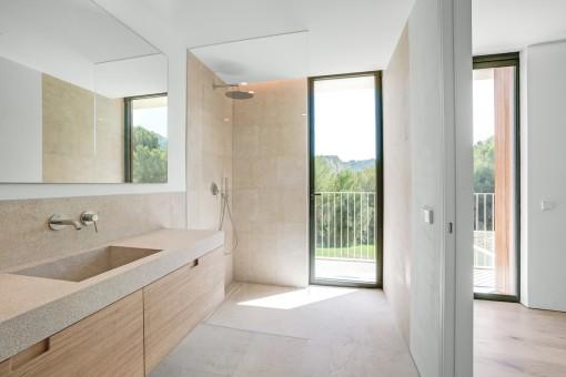 Baño en suite en estilo moderno