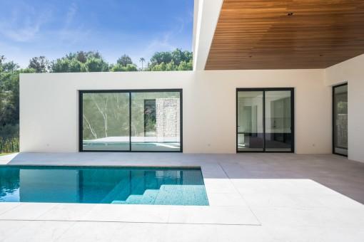Vista de la terraza con piscina