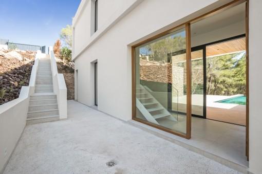 Terraza y acceso a la villa