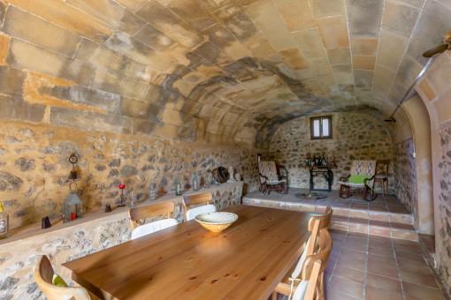 Comedor tradicional con techo abovedado