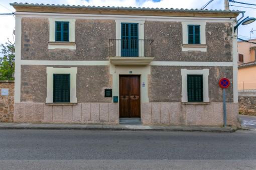 Bonita casa de pueblo revestida de piedra con 4 dormitorios y pequeño jardín en Sa Cabaneta