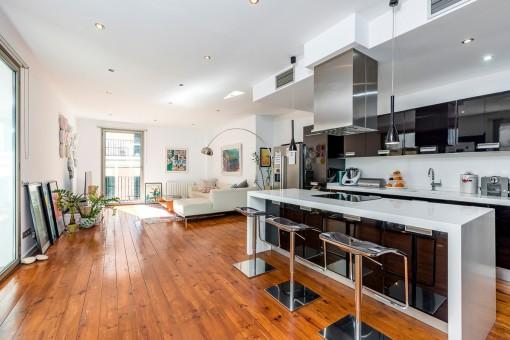 Área de estar espaciosa con cocina
