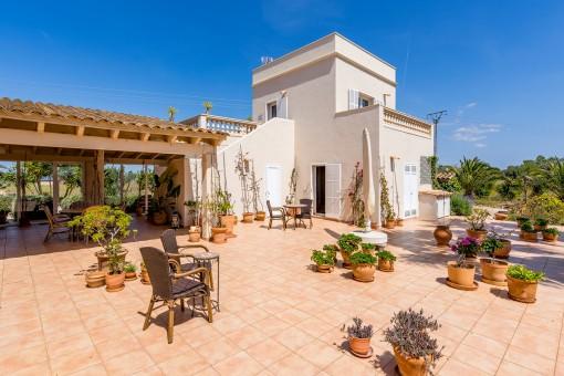 Terraza mediterranéa delante de la casa