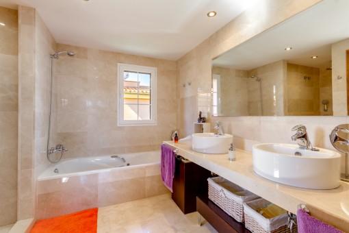 Baño luminoso con bañera