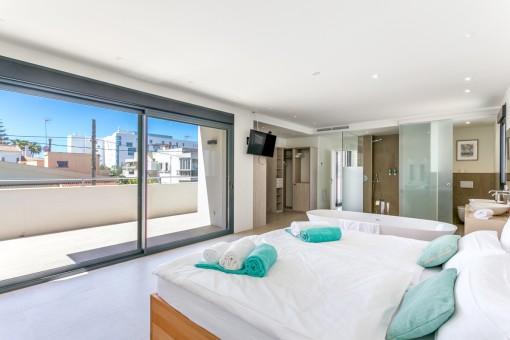Dormitorio principal con bañera y vestidor