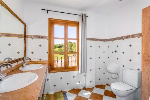 El segundo baño separado del piso superior