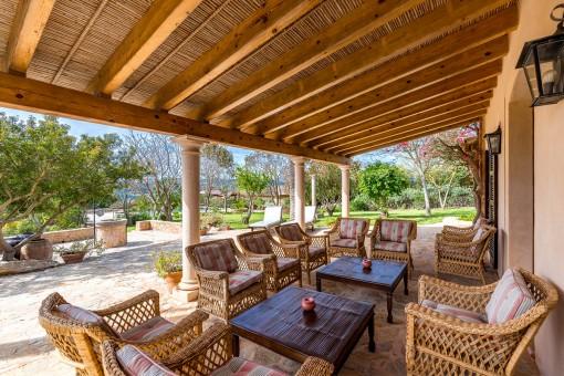 Terraza cubierta de la casa de la piscina