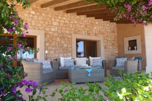 Zona de relax y fachada de piedra natural