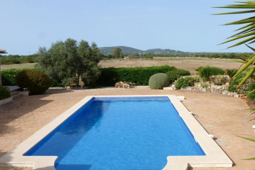 Área de piscina en un entorno idílico