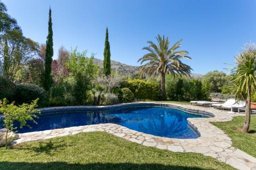 Espaciosa área de jardín y piscina