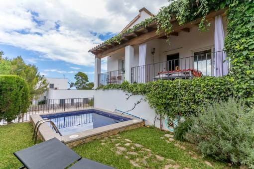 Vivir de manera moderna junto a la reserva natural en Son Serra de Marina con vistas a las montañas y al mar