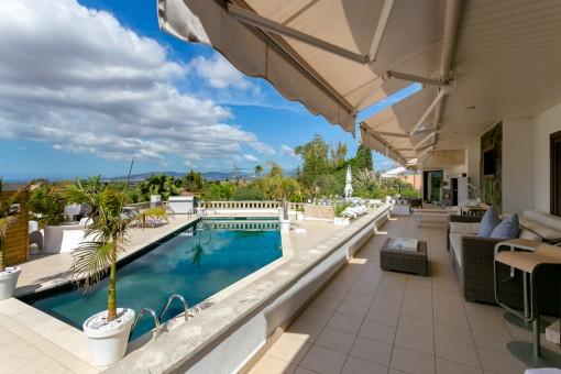 Terraza con piscina y vistas panorámicas