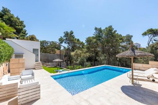Atractiva piscina soleada