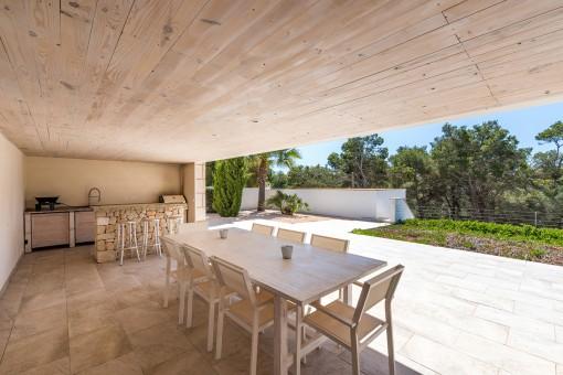Cocina exterior con una barra de piedra natural