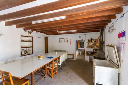Gran habitación rústica con chimenea