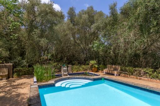 Vista alternativa del área de piscina idílica