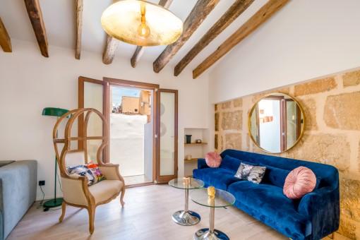 Área de estar decorada con estilo