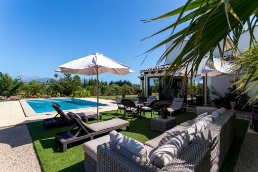 Área de piscina con zona de relax