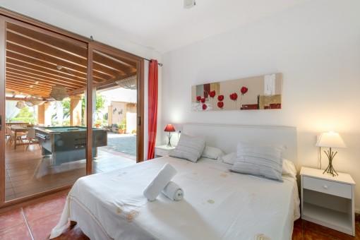 Otro dormitorio con acceso a la terraza