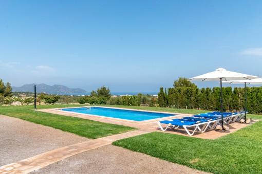 Magnífica zona de piscina con estupendas vistas al mar