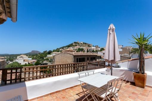 Encantadora casa de pueblo con una buena distribución, licencia de alquiler turístico y vistas al castillo de Capdepera