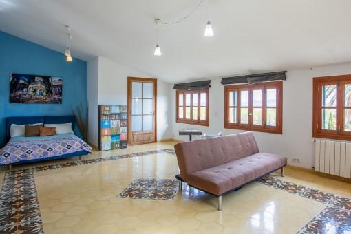 Amplio dormitorio en el piso superior