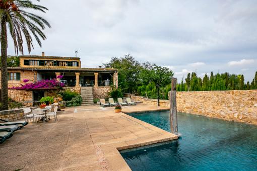 Preciosa área de terraza y piscina