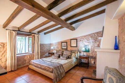 Dormitorio auténtico con pared de piedra arensica