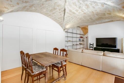 Hermoso comedor con techo abovedado