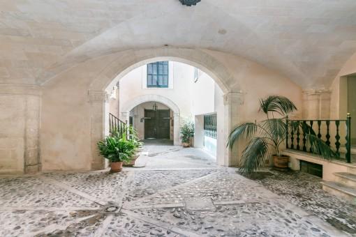Rústica puerta de entrada central