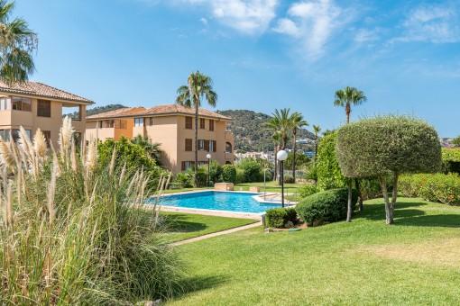 Precioso jardín comunitario con piscina