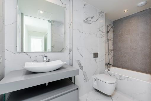 Moderno baño con bañera
