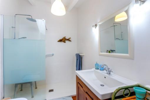 Uno de 2 baños en la casa principal