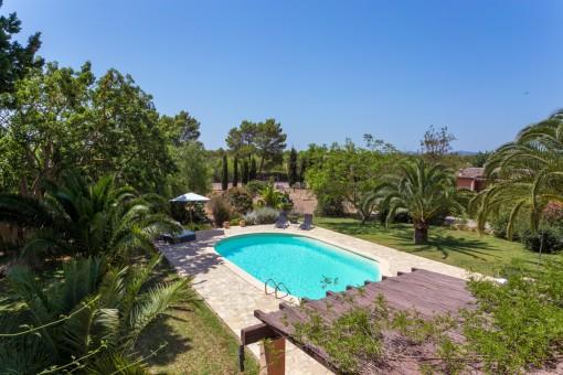 Área de piscina maravillosa y mediterránea