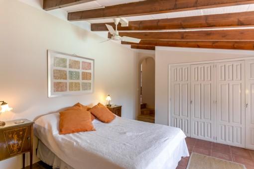 Uno de en total 10 dormitorios
