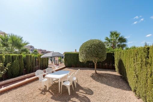 Moderno piso con amplio jardín y vistas laterales al mar desde la terraza en Cales de Mallorca