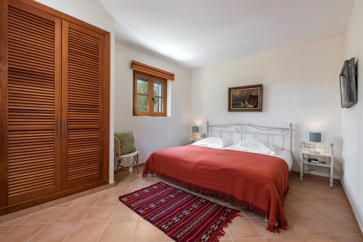 Dormitorio con armario empotrado