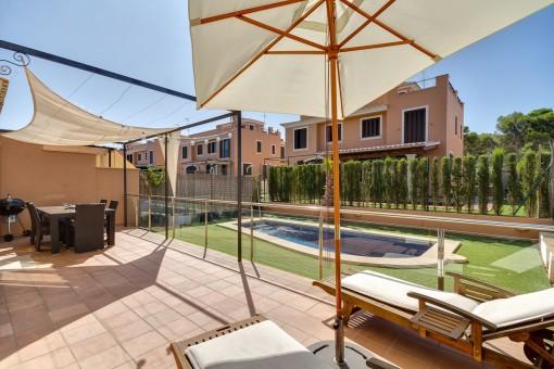 Terraza soleada con piscina