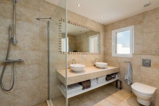 Baño moderno con lavabo doble