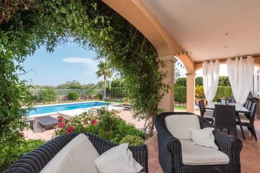 Terraza idílica con vistas a la piscina