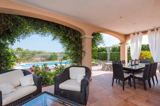 Terraza cubierta con lounge y comedor