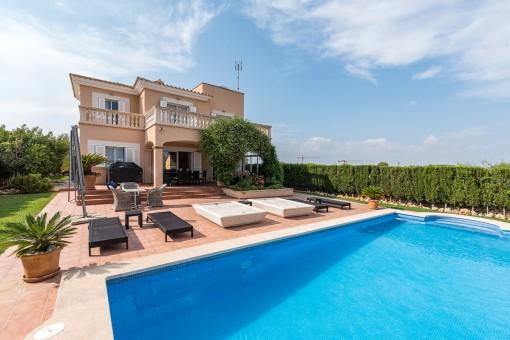 Vista exterior de la casa con piscina