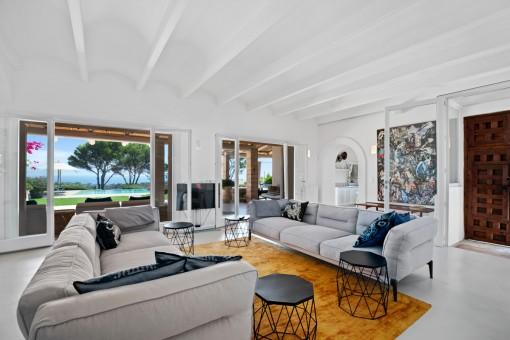 Espaciosa sala de estar con vistas al jardín