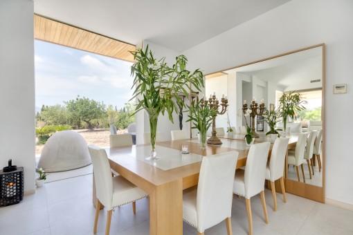 Comedor con ventana panorámica