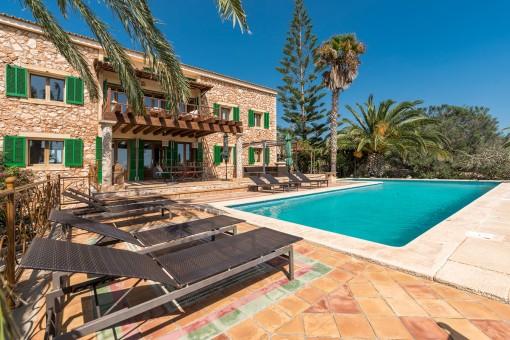 Terraza idílica con piscina