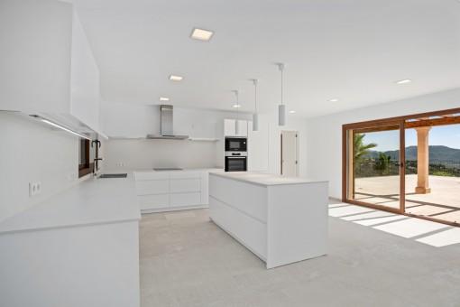 Cocina espaciosa con acceso directo a la terraza