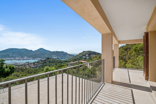 Balcón con vistas al mar y a la montaña