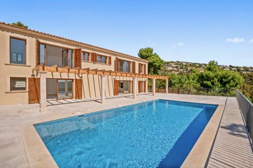 Gran área de piscina soleada