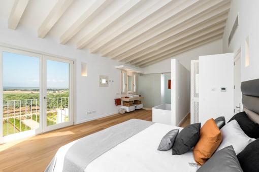 Dormitorio luminoso con baño abierto